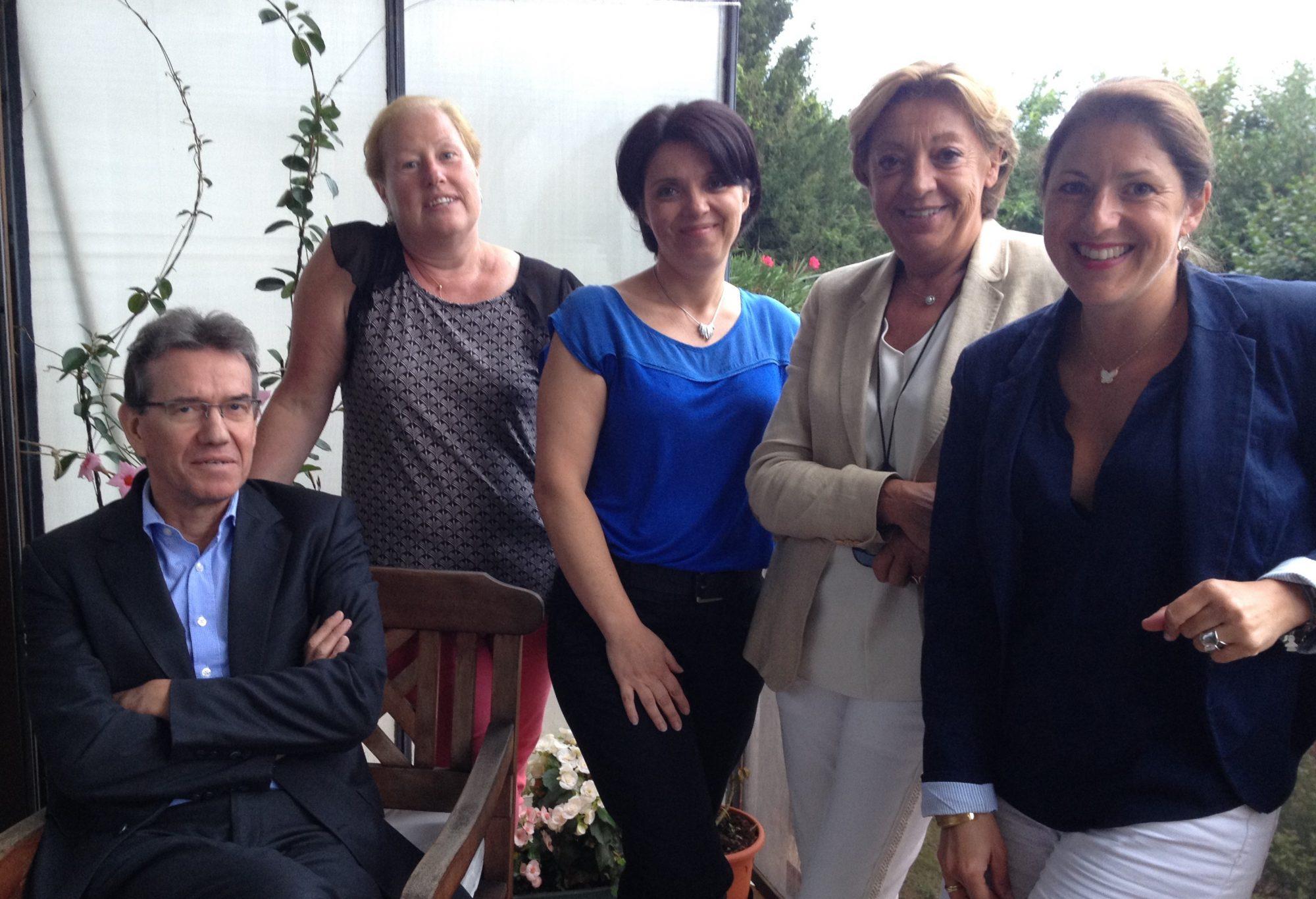 Géraldine Magnier avec des membres du comité d'administration de l'association et une bénévole.